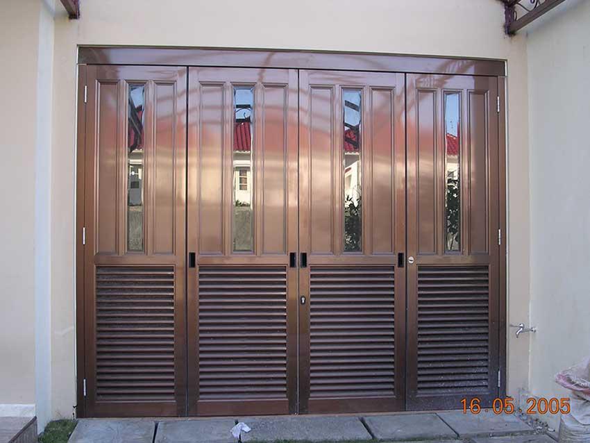 pintu-garasi-di-graha-family-surabaya.jpg